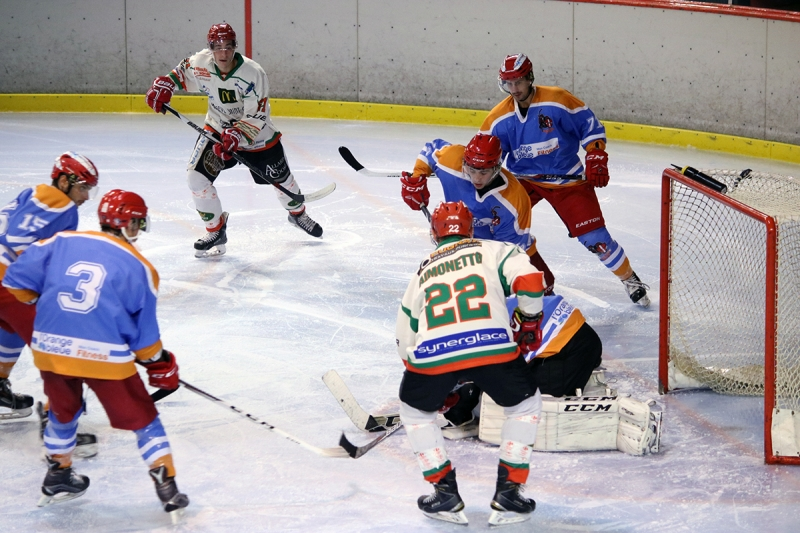 Photo hockey Hockey en France -  : Annecy vs Mont-Blanc - Le preux Chevalier terrasse le Yéti